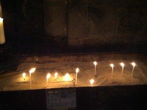 Er det mørkt så tenner vi lys. Her tente lys under meditasjon i Nidarosdommen.