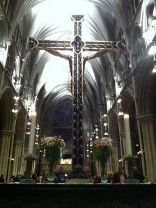 Håpet er ute for mange som venter på sine, men troen, her representert ved symbolet korset, gjør at mange overlever sorgen.