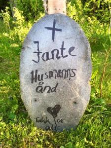 Et fint lite gravsted med minner om det som var.