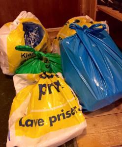 Et lite søppelberg i en yttergang kan fortelle mye om de som bor i huset. Eller kanskje de bare har rede her søppelposene?