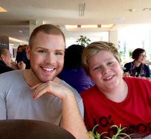 To gutter som ser hverandre som de er, den ene nettopp tenåring, den andre ny-voksen. Ole Bjarne og Olav Aleksander, ala Homo-Ken, kjent fra YouTube-serien NilleBarbie og Homo-Ken